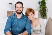 Portret van gelukkige paar thuis — Stockfoto