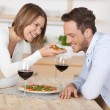 Koppel met pizza — Stockfoto
