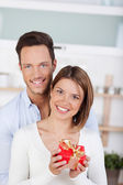 Smiling couple with gift — Stock fotografie