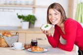 Uśmiechnięta dziewczyna saviours jej śniadanie — Zdjęcie stockowe