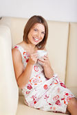 カフェで笑う女性 — ストック写真