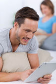 Man scrolling on a tablet-pc — Stock Photo