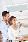 年轻夫妇吃 — 图库照片