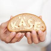 Primo piano di una fetta di pane con formaggio — Foto Stock