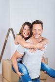 Couple en piggyback ride — Photo