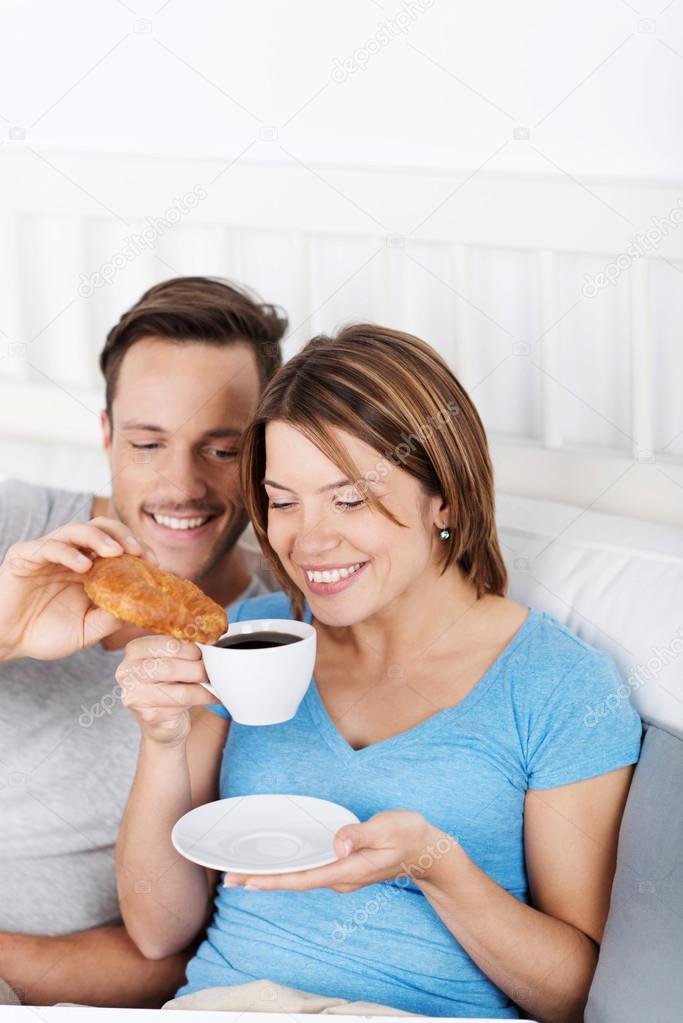 caf et croissants au lit photographie racorn 26807463. Black Bedroom Furniture Sets. Home Design Ideas