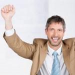 Бизнесмен празднует победу на стол — Стоковое фото