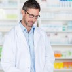 药剂师处方书写纸在药房柜台上 — 图库照片