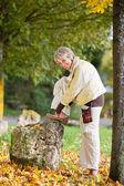 Senior mujer vestida con zapatos en otoño en el parque — Foto de Stock