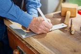 Marangoz ahşap üzerinde işaretlemek için ölçek ve kalem kullanma — Stok fotoğraf