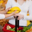 Female Worker Assisting Customer In Purchasing Bananas — Stock Photo