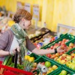 Trendy woman buying fresh produce — Stock Photo