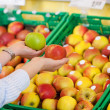 Shopper purchasing apples in a supermarket — Stock Photo