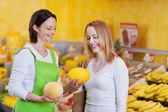 Female Worker Assisting Customer In Choosing Muskmelon — Stock Photo