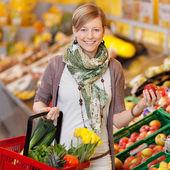 Usmívající se žena nakoupit čerstvé produkty — Stock fotografie