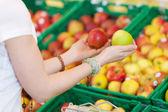 Clients femmes comparant différentes pommes — Photo