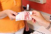 Vrouw contant betalen aan tandarts bij kliniek — Stockfoto