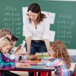 kinderen in school — Stockfoto