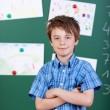 jonge elementaire schooljongen met gekruiste armen — Stockfoto
