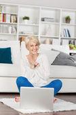 Mulher olhando para laptop e se divertindo — Foto Stock
