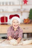 Niño con dinero en el mostrador de la cocina — Foto de Stock