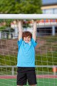 サッカー ゴールに掛かっている 10 代の少年 — ストック写真