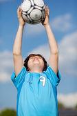 Chłopiec łapania piłki nożnej — Zdjęcie stockowe