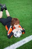 Niño con fútbol en campo — Foto de Stock