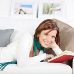 mulher sorridente relaxar com um livro — Foto Stock