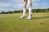 Golfer putting ball on green — Stock Photo