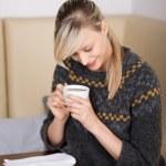 Woman reading an e-book in a cafe — Stock Photo