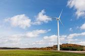 ветряная мельница на поле — Стоковое фото