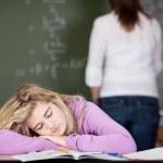 öğrenci öğretmen arka planda masada yatıyor — Stok fotoğraf