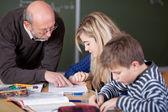 教师教学学生在教室里桌子 — 图库照片