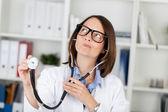 доктор холдинг стетоскоп делая лица — Стоковое фото