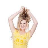 молодой подросток девушки, разрывая ее волосы — Стоковое фото