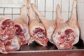 猪腿肉店中显示 — 图库照片