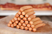 Uma pilha de lingüiça frankfurter — Foto Stock