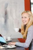 Mujer usando laptop en café — Foto de Stock