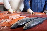 Dois trabalhadores na indústria de peixe — Foto Stock
