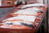 Tablo üzerinde tuzlu balıklar — Stok fotoğraf