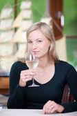 Copa de celebración mujer en restaurante — Foto de Stock