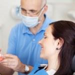 解释人工牙的男性牙医 — 图库照片