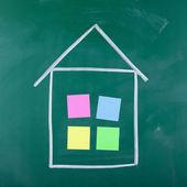 Karteczki zatrzymany w domu na czarny deska do rysowania kształtów — Zdjęcie stockowe