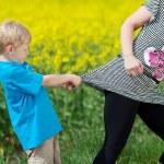 niño enojado tirando sus madres camisa — Foto de Stock   #27667285