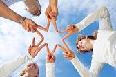 Família moldar uma estrela com os dedos — Foto Stock