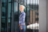 Woman with short blond hair in the city — Stockfoto