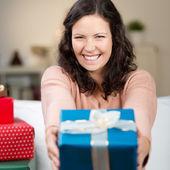 śmiech kobiety domagają się kolorowe prezent — Zdjęcie stockowe