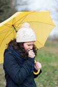 Kvinna gå under ett paraply hosta — Stockfoto