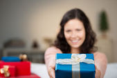 Woman giving a Christmas present — Stock Photo